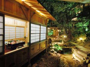 庭園の食事処「川席」風情たっぷりです。