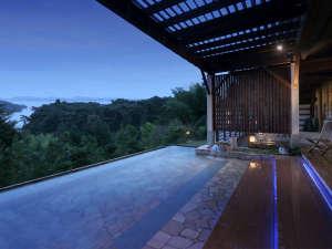 露天風呂≪夜≫ LEDライトに照らされ幻想的な雰囲気をお楽しみ頂けます。