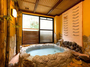 【客室半露天風呂】コンコンと湧き出る源泉は体の芯からポカポカ、お肌もつるつるになります。