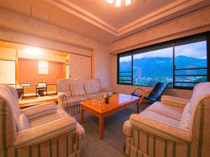 ■スイート■当館【最上級】スイートルーム。由布岳から吹きそよぐ風を感じながら、ソファで語らう――