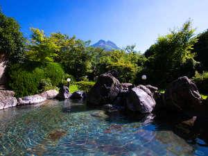 〈ゆふの湯〉由布岳の頂きを見ながら、青天井の下で温泉に浸かる至福のひととき
