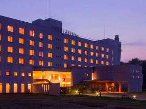 海に近い温泉リゾートホテル。鶴伝説の温泉と冬はすぐ近くにスキー場もございます。