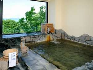 『月の湯』は 眼下に白浜が一望! 桜のシーズンには お風呂でお花見ができます