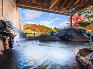露天風呂からも紅葉に彩られた美しい渓谷を眺めることができます。