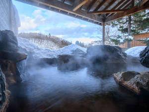 【温泉露天風呂】冬は雪見も楽しめる絶景の露天風呂♪温泉はしっかりぽかぽかです。