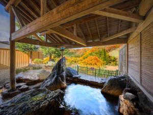 【男性露天】渓谷を望む絶景の露天風呂は野趣満天。