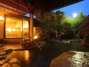 【露天風呂・宙の湯】畳敷きの内湯・露天風呂・サウナ・水風呂を併設した庭園露天風呂
