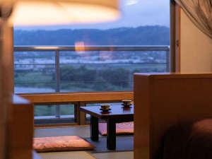 【中央館・和洋室】広めのベッドが2~3台と窓際には和室を併設。和室からは筑後川を一望できます。