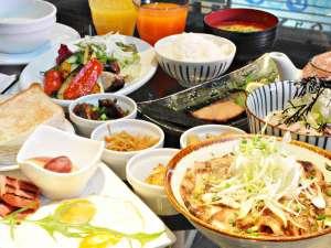 【朝食】4種のメインから1品お選びいただくハーフバイキングスタイルで出来立て熱々をご用意♪