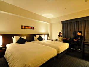 【ハリウッドツイン】 間接照明で寛ぎの客室は雰囲気もたっぷり。