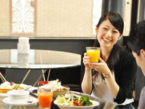 【朝食】明るいレストランで出来たてアツアツの朝食をお召し上がりください。