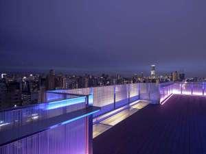 ルーフトップバーからは日本一高いビル・あべのハルカスが一望できます。