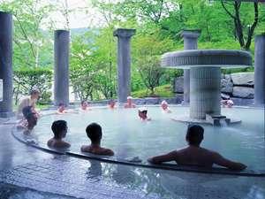 【男性露天風呂】「美肌の湯」温泉情緒を感じさせる白濁の湯。心地良い風に吹かれながらの入浴をどうぞ。