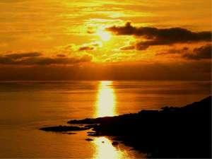 西海岸から望む夕陽とHOTELきららか