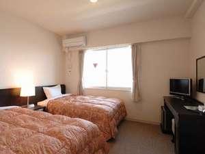 ツインの部屋です。三河湾一望できます。シモンズベットの心地良い眠り。薄型液晶TV完備。