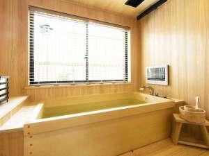 スイートルームのお風呂です。全て檜で作られた浴室は癒しの空間。