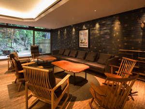 【ゲストラウンジ&テラス こもLe美】別荘ライフがより一層楽しくなる暖炉の有る、特選家具でゆったりと