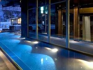 青く光る幻想的な屋外プール※夏季は7・8・9月のみオープン