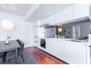 アパートメントのキッチンは、ミーレ製IHコンロ、食器洗浄機、電子レンジを完備