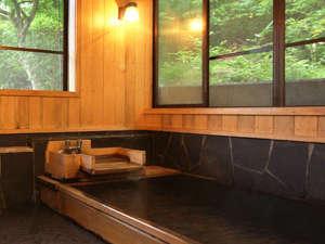 【貸切風呂】自然に囲まれた檜の香り漂うお風呂。