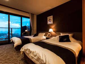 客室はベッドルーム×和室。全室、展望温泉風呂&テラス付。湯船は、有田焼、信楽焼、岩、桧の4種類