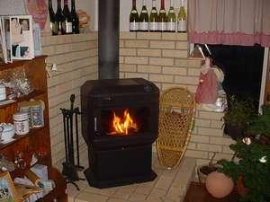 冬は暖炉の灯るダイニングでお食事を