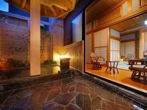 特別室『さくらの間』の露天風呂。お庭を見ながらゆっくりモール温泉を堪能♪