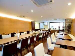 1F朝食コーナー。ウェルカムドリンクサービス(15:00~24:00)と無料朝食サービス(6:30~9:30)