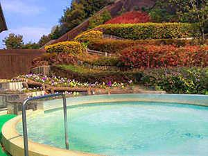 花に囲まれた露天風呂。温泉と豊かな自然で心身共にリフレッシュ!