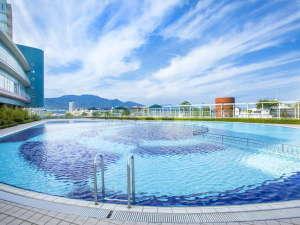 【屋外プール】夏季限定ガーデンプール。営業時間は9:00~17:00