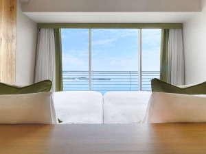 ベッドに横たわ空と琵琶湖が広がります。『Natura(ナチュラ)』ツイン(40㎡)