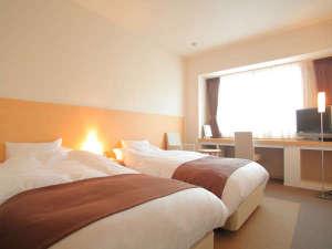 スタンダードツインといえどもお部屋は広々。シンプルで清潔感のある室内です。