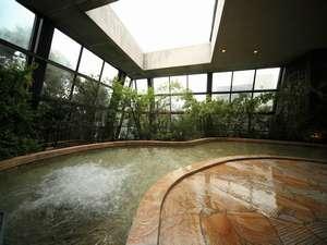 本館大正屋「四季の湯」:天井と壁面のガラス窓は児童開閉され半露天風・入浴料無料