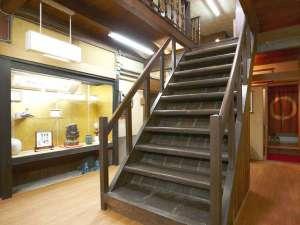 【館内】創業当時より残る古い木造の階段。木戸孝允も昇降したかも・・・?