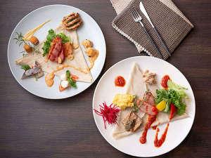 【朝食】お好みのソースやアラカルト料理をトッピングしながら、朝食クレープをお楽しみください。