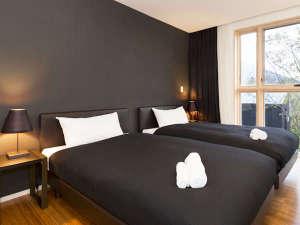 *室内一例/ツインまたはダブルベッドの寝室。窓いっぱいに広がる銀世界に圧巻!冬のニセコを堪能下さい。