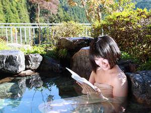 【朝の露天風呂】大浴場の大きな湯船と開放的な露天風呂では心身ともにリラックス頂けます。