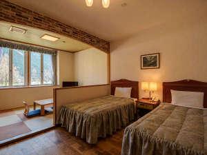 *【和洋室】セミダブルのベッド2台を設置。奥には小上がり6畳の間
