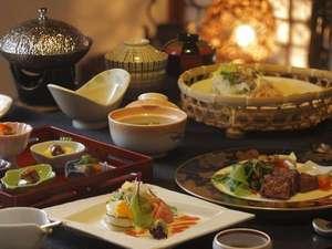 個室料亭でいただく「森の晩餐」。季節の食材はもちろん、料理長渾身の作品が並びます。