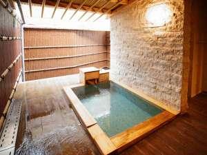 客室露天風呂は大人の男性がゆっくり足を伸ばせる程の広さです♪