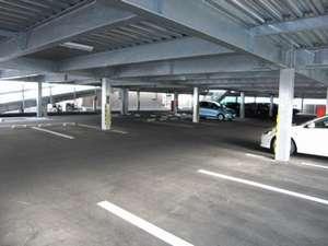 ドライバーに大好評!自走式の無料大駐車場(145台)です。すぐに停められ、すぐに出発♪