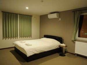 2F寝室クィーンベッド