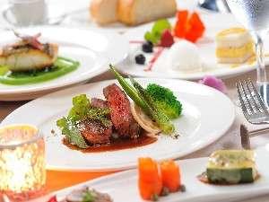 前菜・魚料理・お肉料理・デザートの盛り合わせのフレンチコースディナー