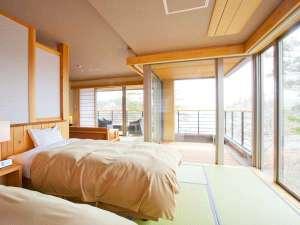 窓が大きく開放感のある【次郎の庵】。お部屋から三陸の海を一望でき、テラスでもゆったり過ごせます。