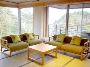 【次郎の庵】窓が多くお部屋から三陸の海をご覧いただけます
