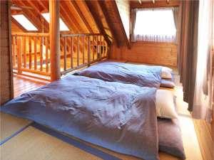 2階寝室。1階と吹き抜けのロフト風の造り。4組布団が敷けます。