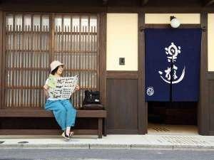 京町家ならではの揚げみせ。「ばったり床几」という呼び方でも親しまれています。
