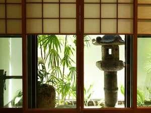 ラウンジから望む庭。国内外で活躍する匠、小野陽太郎氏(聴風館寸庭舎)にお願いしました。