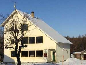 冬のフロント&レストラン棟とニングルのシンボルツリー