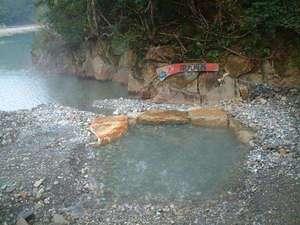 川原に作った亀屋専用の露天風呂。対岸にあるので人目を気にすることなくゆっくり自然の中で入浴できます。